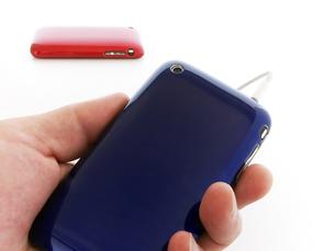 青色のスマートフォンを持つ手の写真素材 [FYI00268909]
