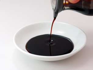 皿に注がれる醤油の写真素材 [FYI00268914]
