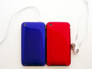 青と赤のポータブルミュージックプレーヤーの写真素材 [FYI00268916]