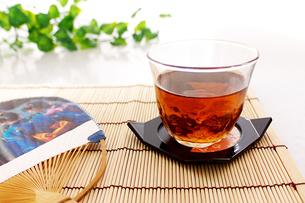 団扇と麦茶の写真素材 [FYI00268923]