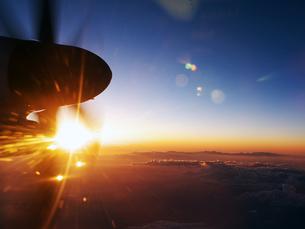 プロペラ機と夕日の写真素材 [FYI00268971]