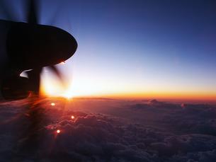 夕日とプロペラの写真素材 [FYI00268982]