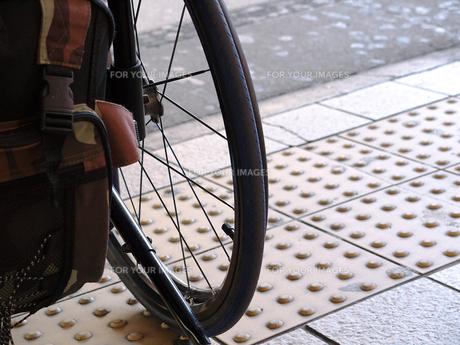 車椅子と点字ブロックの写真素材 [FYI00268985]