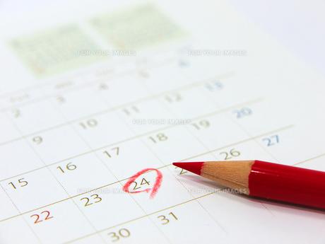 赤鉛筆とカレンダーの素材 [FYI00268997]