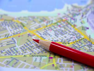 赤鉛筆と地図の素材 [FYI00269000]