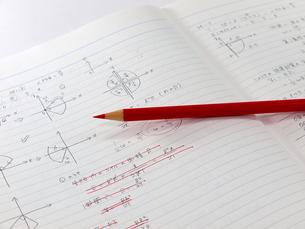 数学のノートと赤鉛筆の写真素材 [FYI00269005]
