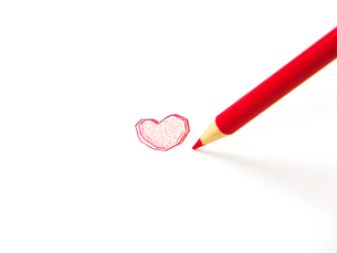 赤鉛筆とハートマークの素材 [FYI00269012]