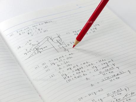 物理のノートと赤鉛筆の素材 [FYI00269019]