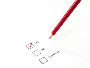 チェックしたアンケートと赤鉛筆の素材 [FYI00269028]