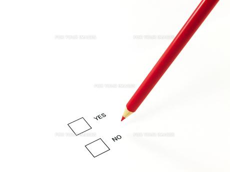 赤鉛筆とイエスノーの素材 [FYI00269030]