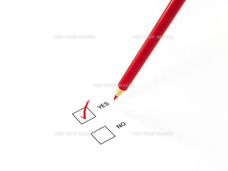 YESにチェックした赤鉛筆の素材 [FYI00269036]