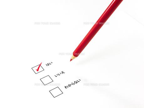 チェックしたアンケートと赤鉛筆の素材 [FYI00269043]