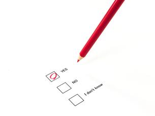 丸印したアンケートと赤鉛筆の素材 [FYI00269045]