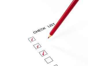 チェックしたチェックリストと赤鉛筆の素材 [FYI00269054]