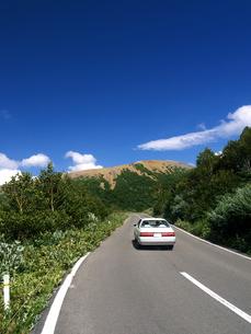 吾妻小富士へ向かう磐梯吾妻道路を走る車の素材 [FYI00269102]