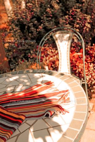 ガーデンテーブルの上のマフラーの写真素材 [FYI00269123]