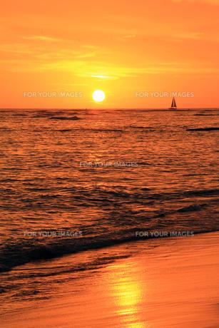 夕日と海とヨットの素材 [FYI00269220]