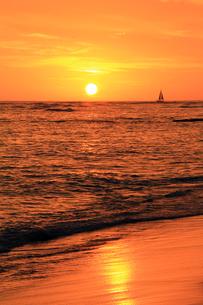夕日と海とヨットの写真素材 [FYI00269220]