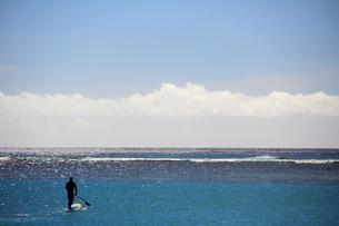 ワイキキの雲とパドルサーフィンの写真素材 [FYI00269241]