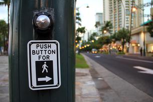 歩行者専用信号の押しボタンの写真素材 [FYI00269290]