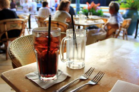 オープンカフェのテーブルの写真素材 [FYI00269292]
