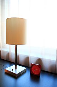 窓際の電気スタンドの写真素材 [FYI00269297]