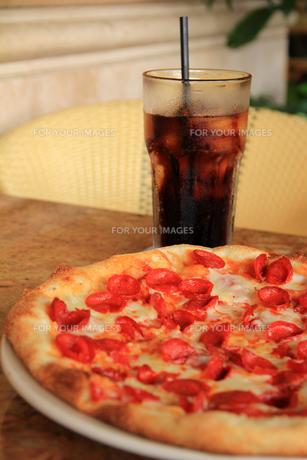 サラミピザとソフトドリンクの写真素材 [FYI00269302]