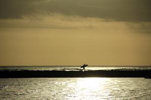 日没時サーファーのシルエットの写真素材 [FYI00269307]