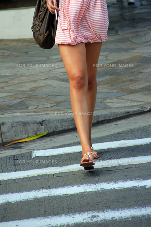 歩行喫煙の女性の写真素材 [FYI00269320]
