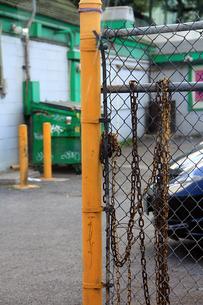ダウンタウンの柵と鎖の写真素材 [FYI00269329]