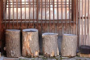 格子窓の外に置かれた切り株の写真素材 [FYI00269441]