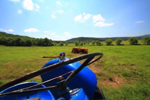 トラクターとトンボ(横向き)の写真素材 [FYI00269579]