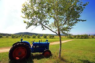 青いトラクターの写真素材 [FYI00269596]