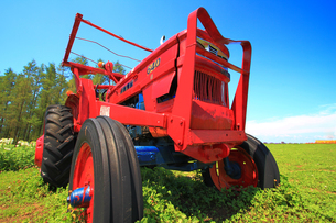 赤いトラクターの写真素材 [FYI00269597]