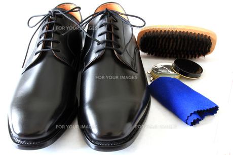 紳士靴と靴磨きのセットの写真素材 [FYI00269733]