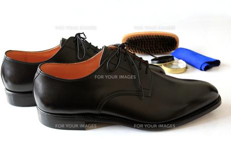 紳士靴と靴磨きのセットの写真素材 [FYI00269736]