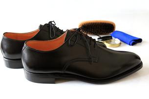 紳士靴と靴磨きのセットの素材 [FYI00269736]