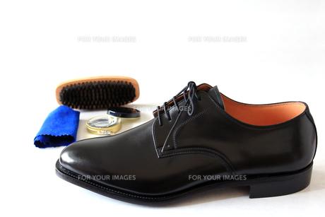 紳士靴と靴磨きのセットの写真素材 [FYI00269737]