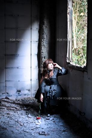 窓を見上げる女性の写真素材 [FYI00269798]