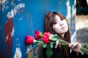 青い壁と女性の写真素材 [FYI00269802]