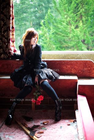 窓際の女性の写真素材 [FYI00269807]