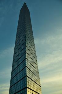 夕焼けを映す千葉ポートタワーの写真素材 [FYI00270098]