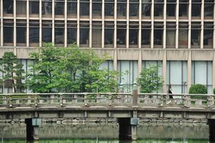 和田倉橋を歩く女性の写真素材 [FYI00270249]