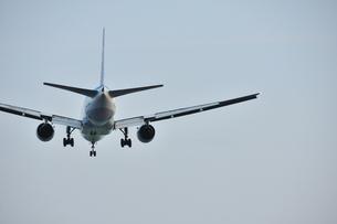 着陸態勢の飛行機の写真素材 [FYI00270277]