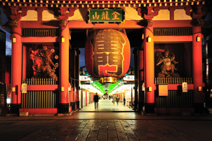 浅草寺雷門の夜景の写真素材 [FYI00270306]