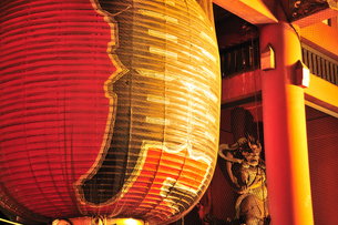 浅草寺雷門の夜景の写真素材 [FYI00270310]