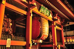浅草寺雷門の夜景の写真素材 [FYI00270312]