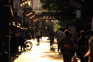 浅草伝法院通りの夕景の写真素材 [FYI00270313]