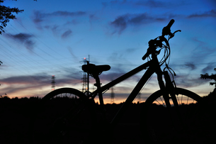 夕焼けと自転車の写真素材 [FYI00270315]