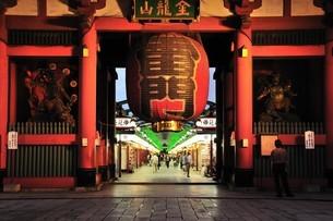 浅草雷門の夜景の写真素材 [FYI00270334]